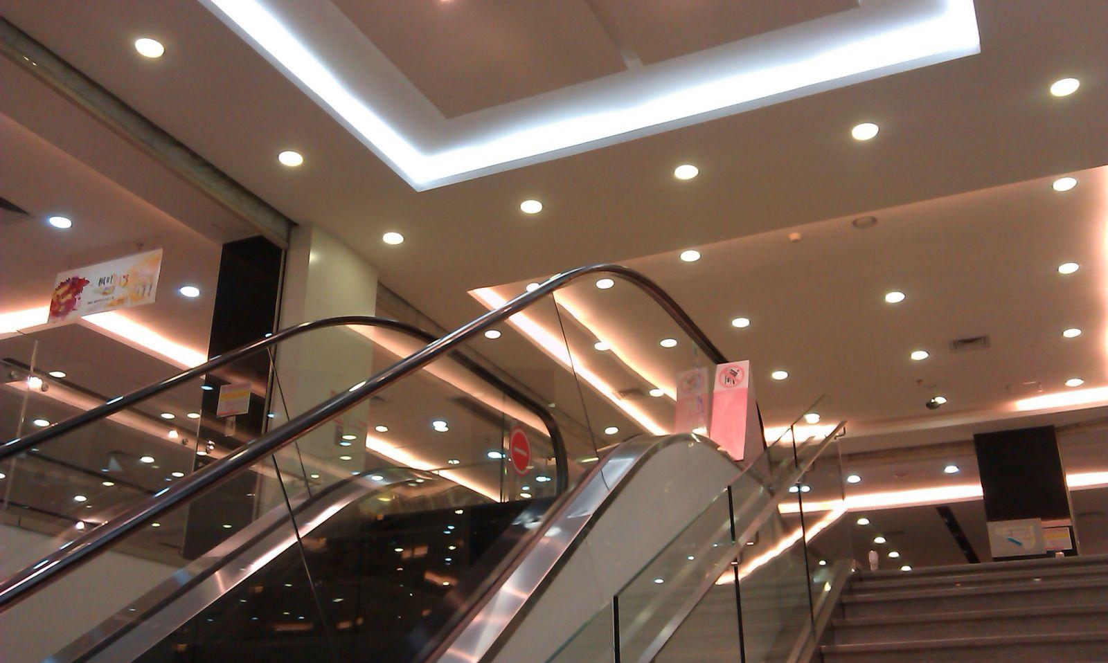 Đèn led âm trần lắp đặt tại trung tâm thương mại